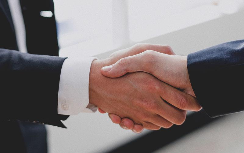 Creazione sito web per avvocati stretta di mano IWM