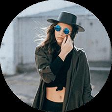 Creazione sito web per palestre ragazza con cappello e occhiali italy web marketing
